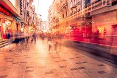 De mensen lopen bij Istiklal-straat in Istanboel royalty-vrije stock foto's