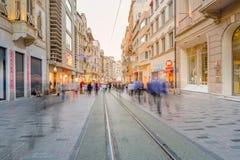 De mensen lopen bij Istiklal-straat in Istanboel royalty-vrije stock foto