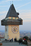 De mensen lopen bijna stadsklokketoren in Graz royalty-vrije stock fotografie
