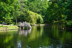 De mensen lopen in Botanisch park dichtbij vijver, Palanga, Litouwen Royalty-vrije Stock Afbeeldingen