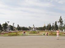 De mensen lopen in de zomer van ENEA royalty-vrije stock foto