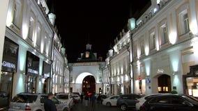 De mensen lopen dichtbij winkels en boutiques in Moskou bij nacht stock footage