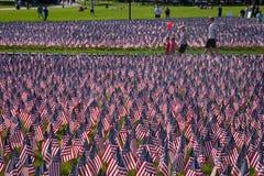De mensen lopen door 20.000 Amerikaanse Vlaggen Stock Fotografie