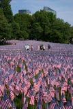 De mensen lopen door 20.000 Amerikaanse Vlaggen Stock Afbeeldingen