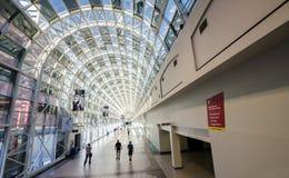 De mensen lopen door de glas binnengang tussen Unie Stati royalty-vrije stock foto's