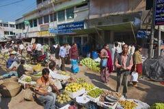 De mensen lopen door de lokale markt in Bandarban, Bangladesh Stock Afbeelding