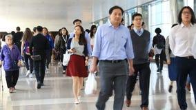 De mensen lopen door het winkelcomplex in Hong Kong stock video