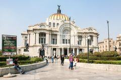 De mensen lopen door Palacio DE Bellas Artes in Mexico-City Stock Foto