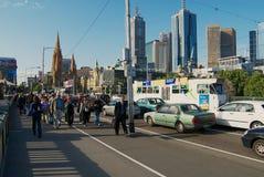 De mensen lopen door de straat met de gebouwen van het stadscentrum bij de achtergrond in Melbourne, Australië Royalty-vrije Stock Afbeelding