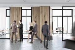 De mensen lopen in een hal van bureau Stock Foto