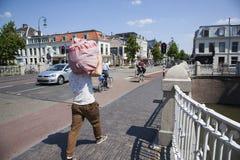 De mensen lopen en berijden fiets op brug tussen centrum en witte vrouwen in oude stad van Utrecht stock afbeeldingen