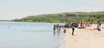 De mensen lopen en nemen beelden op de rivier aantrekken aan de Drievuldigheid royalty-vrije stock afbeelding