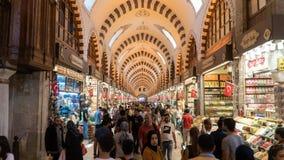 De mensen lopen en winkelen in grote bazaar, beroemd voor juwelen en Turks tapijt winkelend, Istanboel, Turkije royalty-vrije stock fotografie