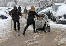 De mensen lopen hard op een sneeuw ijzige weg na een zware sneeuwval in de stad van Sofia, Bulgarije op 28,2017 Nov., persoon met Stock Fotografie