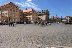 De mensen lopen in het vierkant in het historische deel van Praag Stock Fotografie