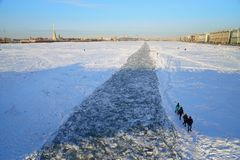 De mensen lopen langs bevroren die fairway, door icebreaker o wordt geslagen royalty-vrije stock foto's