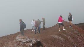 De mensen lopen langs Krater Silvestri Superiori op MT Etna, Sicilië, Italië stock footage