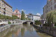 De mensen lopen langs Ljubljanica-rivier in Ljubljana, Slovenië Stock Afbeelding