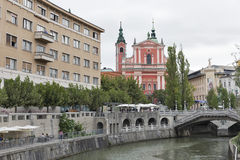 De mensen lopen langs Ljubljanica-rivier in Ljubljana, Slovenië Stock Fotografie