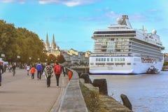 De mensen lopen langs de rivier van Garonne in Bordeaux royalty-vrije stock afbeeldingen