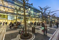 De mensen lopen langs Zeil in de avond in Frankfurt Stock Foto's
