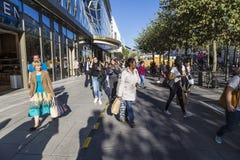 De mensen lopen langs Zeil in Middag in Frankfurt, Duitsland stock foto's