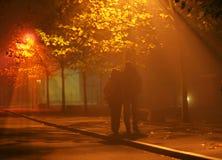 De mensen lopen in mist en licht Royalty-vrije Stock Afbeelding