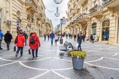 De mensen lopen in Nizami-straat in ceter van stad Baku azerbaijan Stock Foto's
