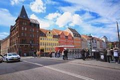 De mensen lopen in Nyhavn, Kopenhagen Stock Foto