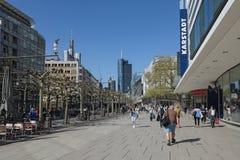 De mensen lopen in de ochtend op de voetstreek Zeil in Frankfurt-am-Main, Duitsland stock fotografie