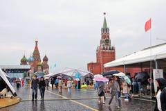 De mensen lopen onder paraplu bij Boeken van de markt van Rusland Stock Foto