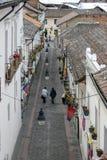 De mensen lopen onderaan de beroemde die straat als Calle La Ronda in Quito in Ecuador wordt bekend Stock Afbeeldingen
