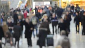De mensen lopen onderaan de buis ondergronds Londen, het UK