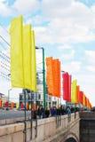 De mensen lopen op de Grote die Moskvoretsky-brug door vlaggen wordt verfraaid Royalty-vrije Stock Afbeeldingen