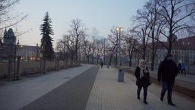 De mensen lopen op een nevelige promenade in Polen stock video