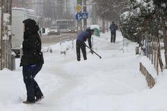 """De mensen lopen op een zeer sneeuwstoep tijdens sneeuwstorm in de stad van van Sofia, Bulgarije †""""26,2018 februari Stock Foto"""