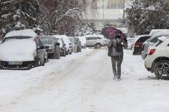 """De mensen lopen op een zeer sneeuwstoep tijdens sneeuwstorm in de stad van van Sofia, Bulgarije †""""26,2018 februari Stock Foto's"""