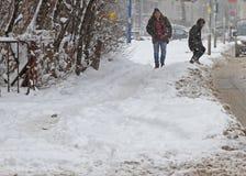 """De mensen lopen op een zeer sneeuwstoep tijdens sneeuwstorm in de stad van van Sofia, Bulgarije †""""26,2018 februari Stock Afbeeldingen"""