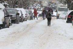 """De mensen lopen op een zeer sneeuwstoep tijdens sneeuwstorm in de stad van van Sofia, Bulgarije †""""26,2018 februari Royalty-vrije Stock Afbeelding"""