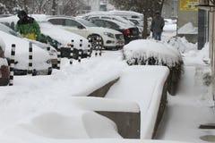 """De mensen lopen op een zeer sneeuwstoep tijdens sneeuwstorm in de stad van van Sofia, Bulgarije †""""26,2018 februari Royalty-vrije Stock Afbeeldingen"""