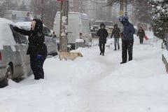 """De mensen lopen op een zeer sneeuwstoep tijdens sneeuwstorm in de stad van van Sofia, Bulgarije †""""26,2018 februari Ijzige stoep Stock Afbeelding"""