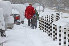 """De mensen lopen op een zeer sneeuwstoep tijdens sneeuwstorm in de stad van van Sofia, Bulgarije †""""26,2018 februari Ijzige stoep Royalty-vrije Stock Foto's"""