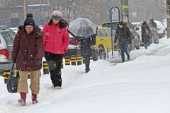 """De mensen lopen op een zeer sneeuwstoep tijdens sneeuwstorm in de stad van van Sofia, Bulgarije †""""26,2018 februari Ijzige stoep Royalty-vrije Stock Fotografie"""