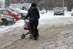 """De mensen lopen op een zeer sneeuwstoep tijdens sneeuwstorm in de stad van van Sofia, Bulgarije †""""26,2018 februari Ijzige stoep Stock Foto's"""