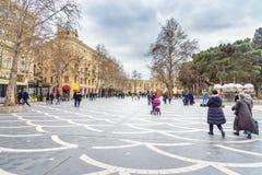 De mensen lopen op Fonteinvierkant in centrum van stad Baku azerbaijan Stock Afbeeldingen