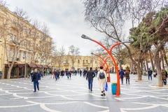 De mensen lopen op Fonteinvierkant in centrum van stad Baku azerbaijan Royalty-vrije Stock Afbeeldingen