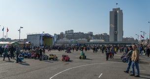 De mensen lopen op het stadsvierkant Stock Afbeelding