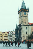De mensen lopen op Oude Stads Vierkante, Oude Stadhuis en Toren op de achtergrond stock foto