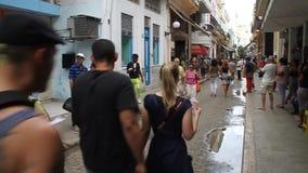 De mensen lopen op de straat in Havana stock videobeelden