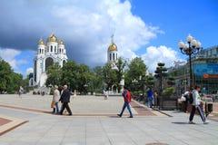 De mensen lopen op Victory Square in Kaliningrad in Juli royalty-vrije stock foto